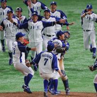 優勝を決め、喜ぶ千葉市(JFE東日本)の選手たち=東京ドームで2019年7月25日、長谷川直亮撮影