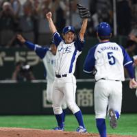 【豊田市(トヨタ自動車)-千葉市(JFE東日本)】優勝を決めて両手を挙げて喜ぶ投手・須田(中央左)のもとに駆け出す千葉市の選手たち=東京ドームで2019年7月25日、久保玲撮影