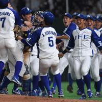 【豊田市(トヨタ自動車)-千葉市(JFE東日本)】優勝を決めて投手・須田(手前中央)のもとに集まって喜ぶ千葉市の選手たち=東京ドームで2019年7月25日、久保玲撮影
