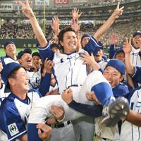【豊田市(トヨタ自動車)-千葉市(JFE東日本)】優勝してチームメートに胴上げされる千葉市の須田=東京ドームで2019年7月25日、丸山博撮影