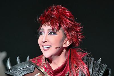 表現豊かに観客を魅了する紅ゆずる=宝塚大劇場で