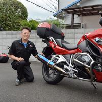 森下徹さんの愛車。赤いバイクのオリジナルマフラーはチタンに青っぽい焼き色を付け、超かっこいい=大阪府松原市天美南のモリヤス・アイアンワークスで、亀田早苗撮影