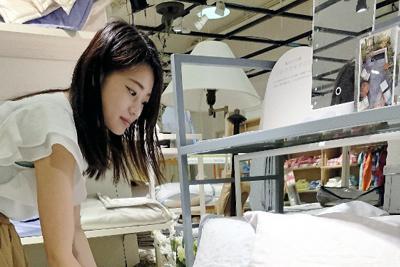 寝具は素材により吸湿性などの特性や感触が異なるため、実際に触れて選ぶとよい