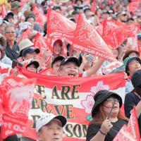 日本代表に声援を送る観客=釜石鵜住居復興スタジアムで、和田大典撮影