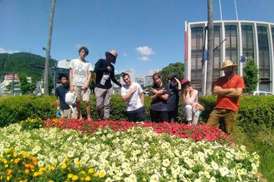 徳島市街の「花ロード」を整備するの海外からのボランティアたち
