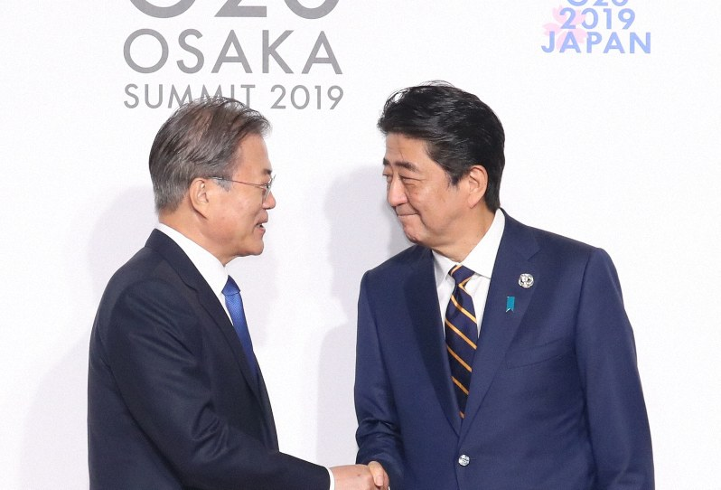 韓国の文在寅大統領(左)を出迎える安倍首相=大阪市住之江区で2019年6月28日午前11時半(代表撮影)