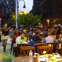 酒があってもなくてもみんなでワイワイ。エジプトの夜はにぎやかだ=エジプト北部アレクサンドリアで、篠田航一撮影