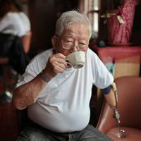 なじみの喫茶店でくつろぐ寺本さん=大阪府池田市で、小出洋平撮影