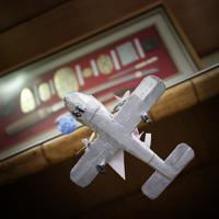 飛行兵のころ訓練などで使っていた飛行機の模型をボール紙で手作りした=大阪府池田市で、小出洋平撮影