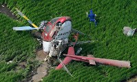 The helicopter that crashed in the Ibaraki Prefecture city of Chikusei is seen at 9:43 a.m. on July 29, 2019, a little over an hour after it crashed as it was crop dusting, in this photo taken from a Mainichi Shimbun helicopter. (Mainichi/Kimi Takeuchi)