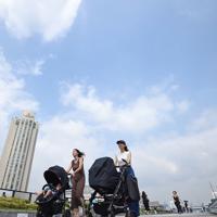 青空の下を歩く人たち。気象庁は関東甲信地方の梅雨明けを発表した=東京・台場で2019年7月29日午前9時58分、丸山博撮影