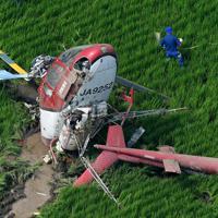 農薬散布をしていて水田に墜落したヘリコプター=茨城県筑西市で2019年7月29日午前9時43分、本社ヘリから竹内紀臣撮影
