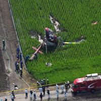農薬散布をしていて水田に墜落したヘリコプター=茨城県筑西市で2019年7月29日午前9時46分、本社ヘリから竹内紀臣撮影