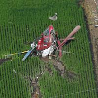 農薬散布をしていて水田に墜落したヘリコプター。近くの送電線にはヘリコプターが接触したような跡(右下)があった=茨城県筑西市で2019年7月29日午前9時36分、本社ヘリから竹内紀臣撮影