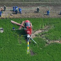 農薬散布をしていて水田に墜落したヘリコプター=茨城県筑西市で2019年7月29日午前9時47分、本社ヘリから竹内紀臣撮影