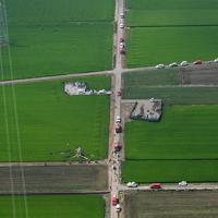 農薬散布をしていて水田に墜落したヘリコプター。近くには送電線があった=茨城県筑西市で2019年7月29日午前9時48分、本社ヘリから竹内紀臣撮影