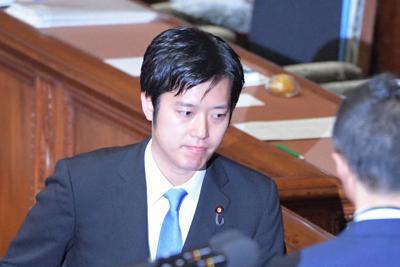 衆院本会議で内閣不信任決議案の採決があり、記名投票する丸山穂高氏=国会内で2019年6月25日午後3時27分、川田雅浩撮影