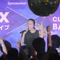 鈴木亜美さんのライブに、来場者は腕を突き上げた=成田空港で2019年7月21日午後9時54分、中村宰和撮影