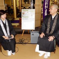 金子みすゞについて話す中川結幾さん(左)と浦上哲也さん=津市の妙華寺で、玉木達也撮影