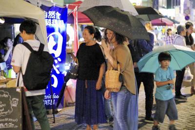 子供から大人まで来場しにぎわう星川夜市=埼玉県熊谷市で