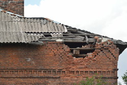 度重なる砲撃で屋根と壁が壊れていた住宅=ウクライナ東部ドネツク州マイオルスク村で2019年7月12日、大前仁撮影