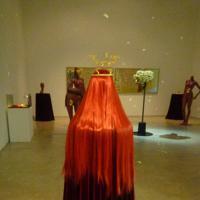 岡田裕子「エンゲージド・ボディ」の展示風景。中央が血管を3Dプリンターで再現したティアラ=東京都新宿区で2019年7月、永田晶子撮影