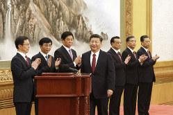 習近平政権の「新権威主義」を支えるブレーン、王滬寧氏(左から2人目)