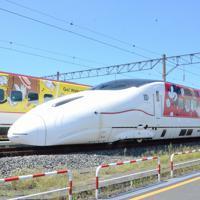 8月1日に運行を始めるミッキー新幹線(手前)と5月から運行中のミッキー新幹線(C)Disney=熊本市の熊本総合車両所で2019年7月31日午後1時44分、浅川大樹撮影