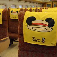 8月1日から運行するミッキー新幹線の車内。座席でスマートフォンで「自撮り」するとミッキーの耳がついているように撮れる(C)Disney=熊本市の熊本総合車両所で2019年7月31日午後2時43分、浅川大樹撮影