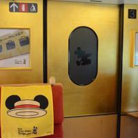 8月1日から運行するミッキー新幹線の内装。ドアにもさりげなくミッキーのデザインが施されている(C)Disney=熊本市の熊本総合車両所で2019年7月31日午後3時3分、浅川大樹撮影