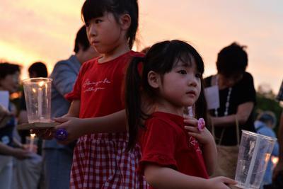 ろうそくを手にする参加者の女の子たち=広島市中区で2019年7月31日午後7時21分、山田尚弘撮影