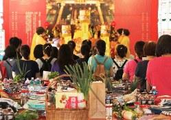 台北市の道教の寺院「文昌宮」では大勢の受験生や保護者が合格祈願をしていた。手前には縁起物が並んでいる=2019年6月28日、陳瑞涓撮影