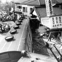 駅前の建物に突っ込んだ暴走電車=三鷹市で1949年7月撮影