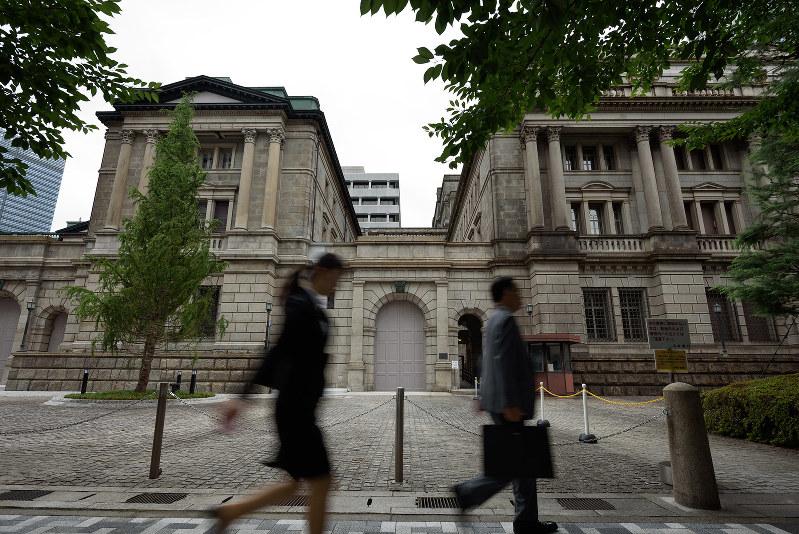 導入から3年、日銀の長短金利操作政策は岐路に立たされている(Bloomberg)