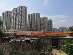歴史ある長屋の近くに建てられた農民用の高層マンション(山東省威海市栄成市)(筆者撮影)