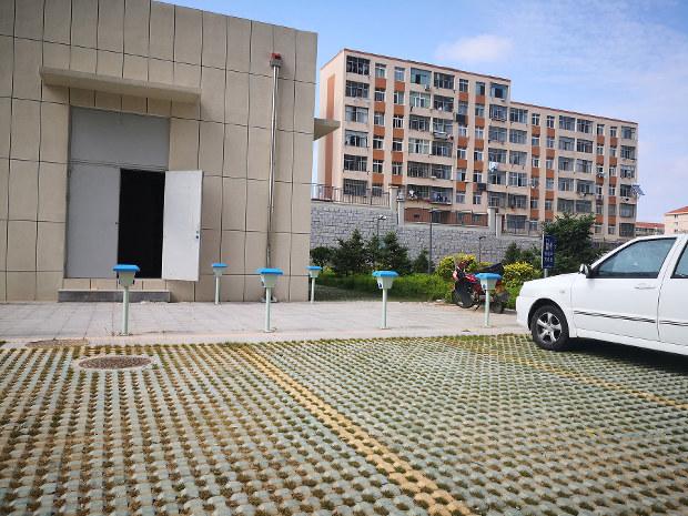 中国の新農村マンションの駐車場には充電器も完備(筆者撮影)