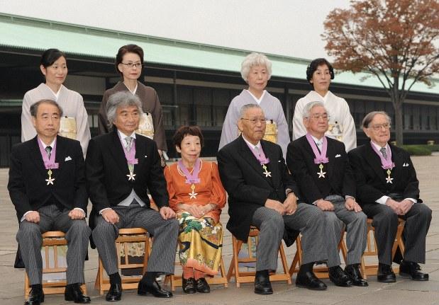 田辺聖子さんが愛した着物地のドレス 「お別れの会」で展示 - 毎日新聞
