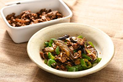 豚こまの肉みそストック(奥)とナスとピーマンの肉みそ炒め