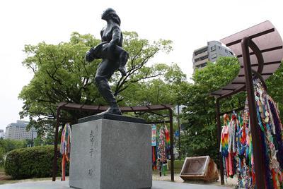 折り鶴に囲まれる「原爆犠牲国民学校教師と子どもの碑」=広島市中区で、宇城昇撮影