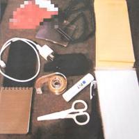 詐欺未遂の疑いで捕まった男が特殊詐欺グループの指示役に送った犯行道具一式の写真。封筒や身分証入れなどで、左上はすり替え用のポイントカード=大阪府警提供