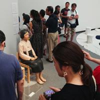 「表現の不自由展・その後」コーナーで、大勢の来場者が鑑賞する「平和の少女像」=名古屋市東区の愛知芸術文化センターで2019年8月3日午後1時26分、山田泰生撮影