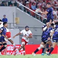 【日本―トンガ】後半、ラインアウトでボールを奪うトンプソン(右上)=東大阪市花園ラグビー場で2019年8月3日、宮武祐希撮影