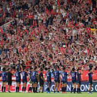 【日本―トンガ】試合後、日本の選手たちに声援を送るスタンドのファンら=東大阪市花園ラグビー場で2019年8月3日、長谷川直亮撮影