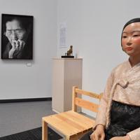 キム・ソギョン、キム・ウンソン夫妻による「平和の少女像」(右、中央)とアン・セホンが撮影した「慰安婦」の写真(左)=名古屋市東区の愛知芸術文化センターで2019年7月31日、大西岳彦撮影