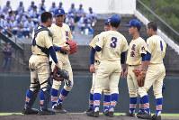 石川大会準決勝の鵬学園戦でマウンドに集まる星稜の選手。選手同士で話し合う場面が増えた=金沢市の県立野球場で、井手千夏撮影