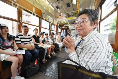 被爆電車内で体験を話す朴南珠さん(右端)=広島市で2019年8月4日午前10時49分、山田尚弘撮影