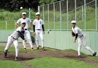 投球練習する投手陣