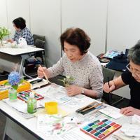 教室では草花など思い思いの題材に絵手紙をかいている=三重県伊賀市の上野公民館で、稲垣淳撮影