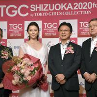 「TGCしずおか2020」の記者発表で記念撮影する(左から)シャンソン化粧品・川村卓史社長、香里奈さん、田辺信宏・静岡市長、吉林章仁副知事=同市内のホテルで