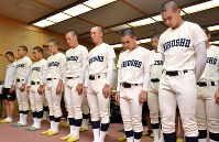 Hiroshima Commercial High School baseball team members, who are competing in the National High School Baseball Championship, offer a silent prayer for the victims of the atomic bombing while facing toward Hiroshima in the city of Ikeda, Osaka Prefecture, in the morning on Aug. 6, 2019. (Mainichi/Ai Kawahira)